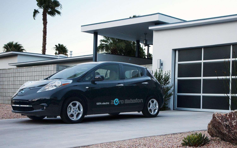 2012 Nissan Leaf Black Front Three Quarter1