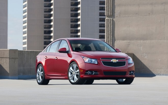 2013 Chevrolet Cruze Front Three Quarter View1 660x413