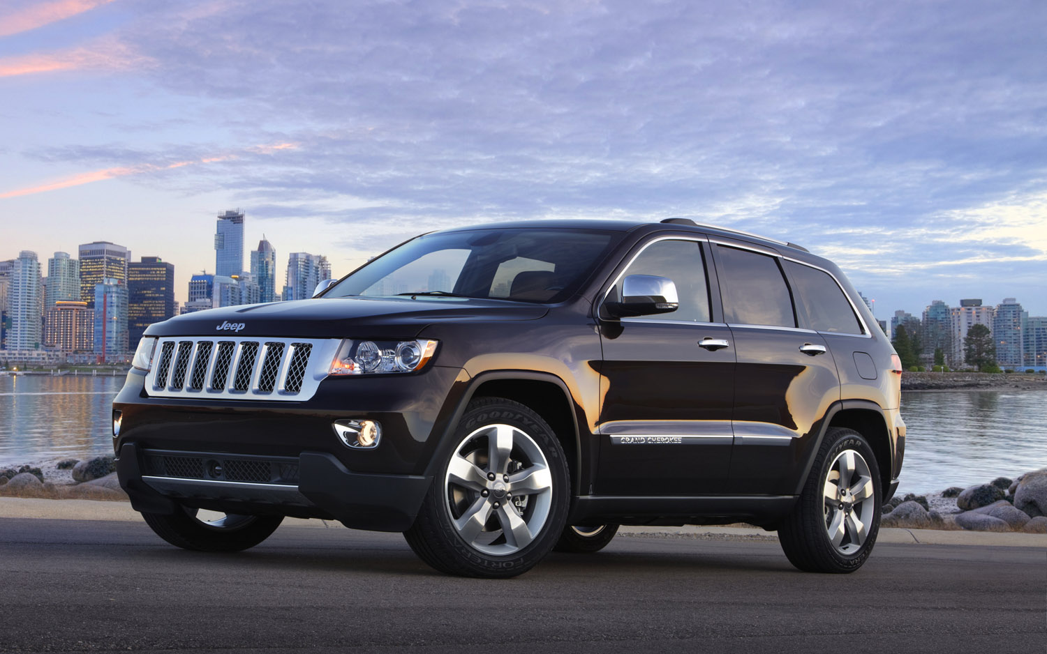 2013 Jeep Grand Cherokee Front Three Quarter1