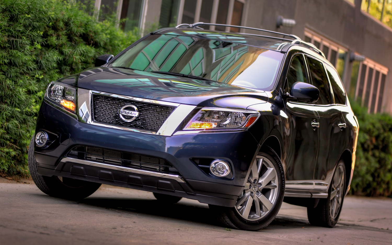 2013 Nissan Pathfinder Front Three Quarter Blue1