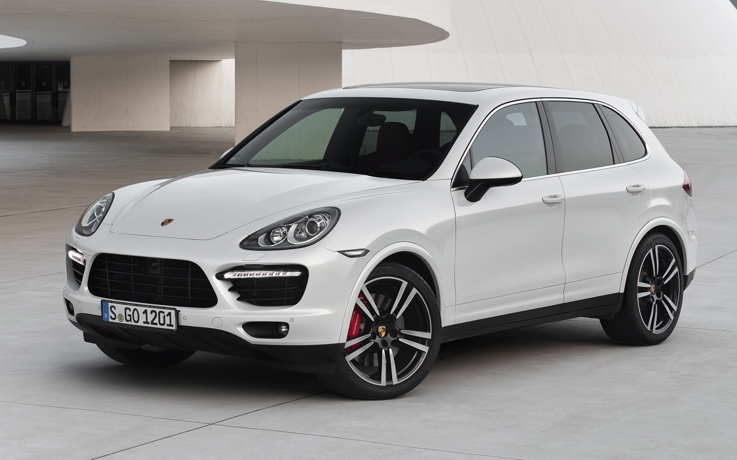 2013 Porsche Cayenne Turbo S Front Three Quarter Static1