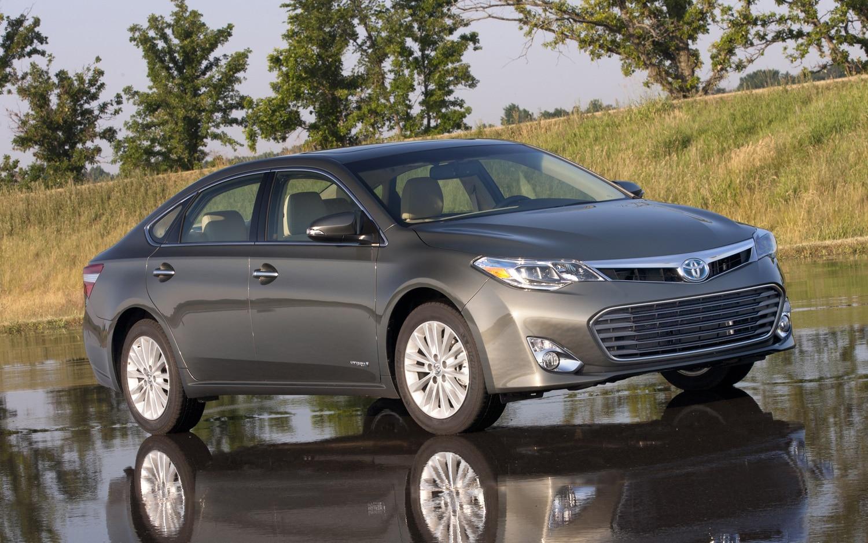 2013 Toyota Avalon Hybrid Front Three Quarter 21
