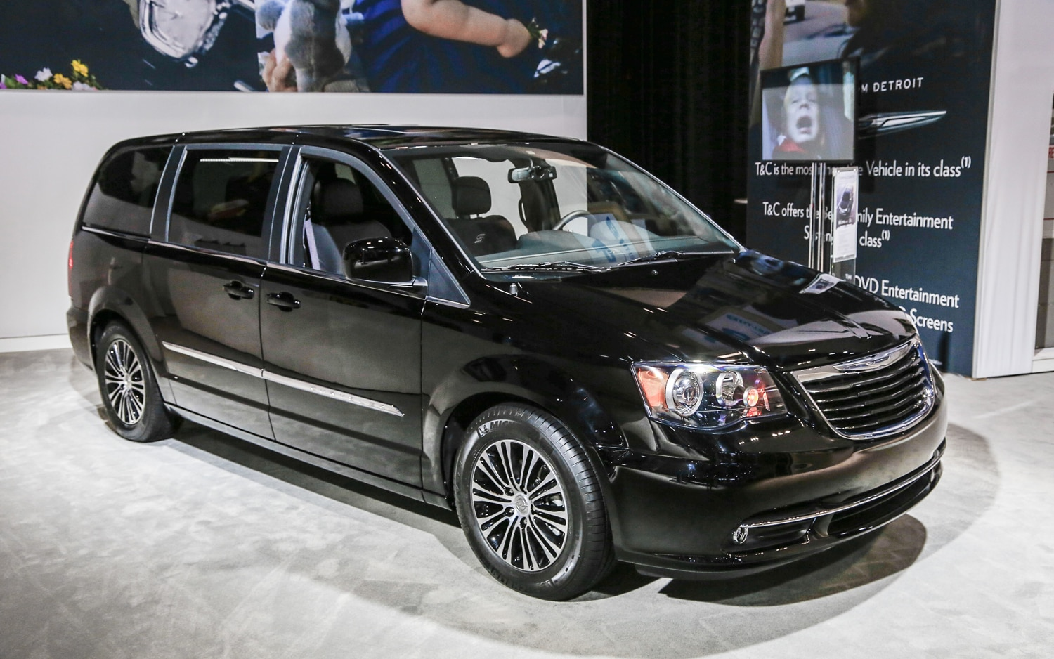 2013 Chrysler Town And Country S Front Three Quarters1