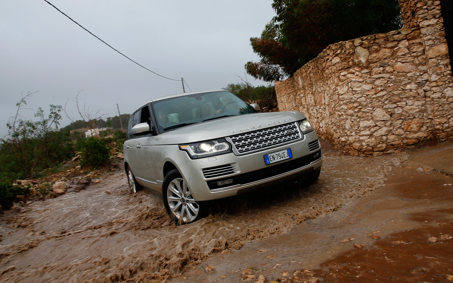 2013 Land Rover Range Rover Front Right View1