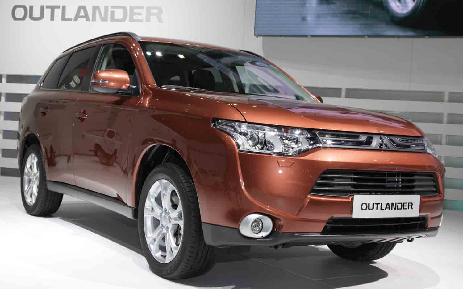 2013 Mitsubishi Outlander Front Three Quarters View 2 11