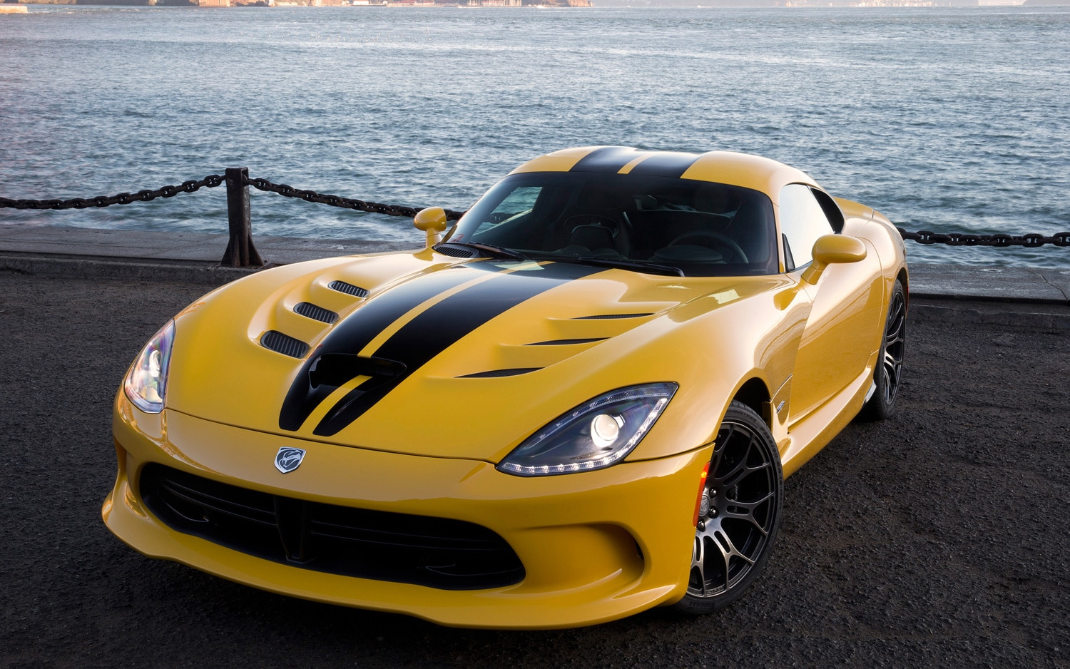 2013 SRT Viper GTS Front View Bridge1