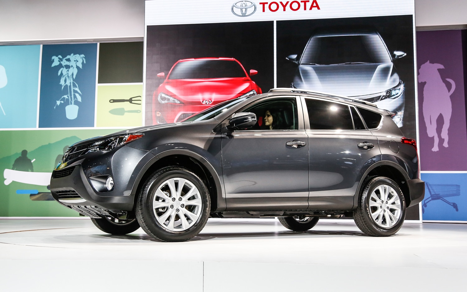 2013 Toyota RAV 4 Front Three Quarter2
