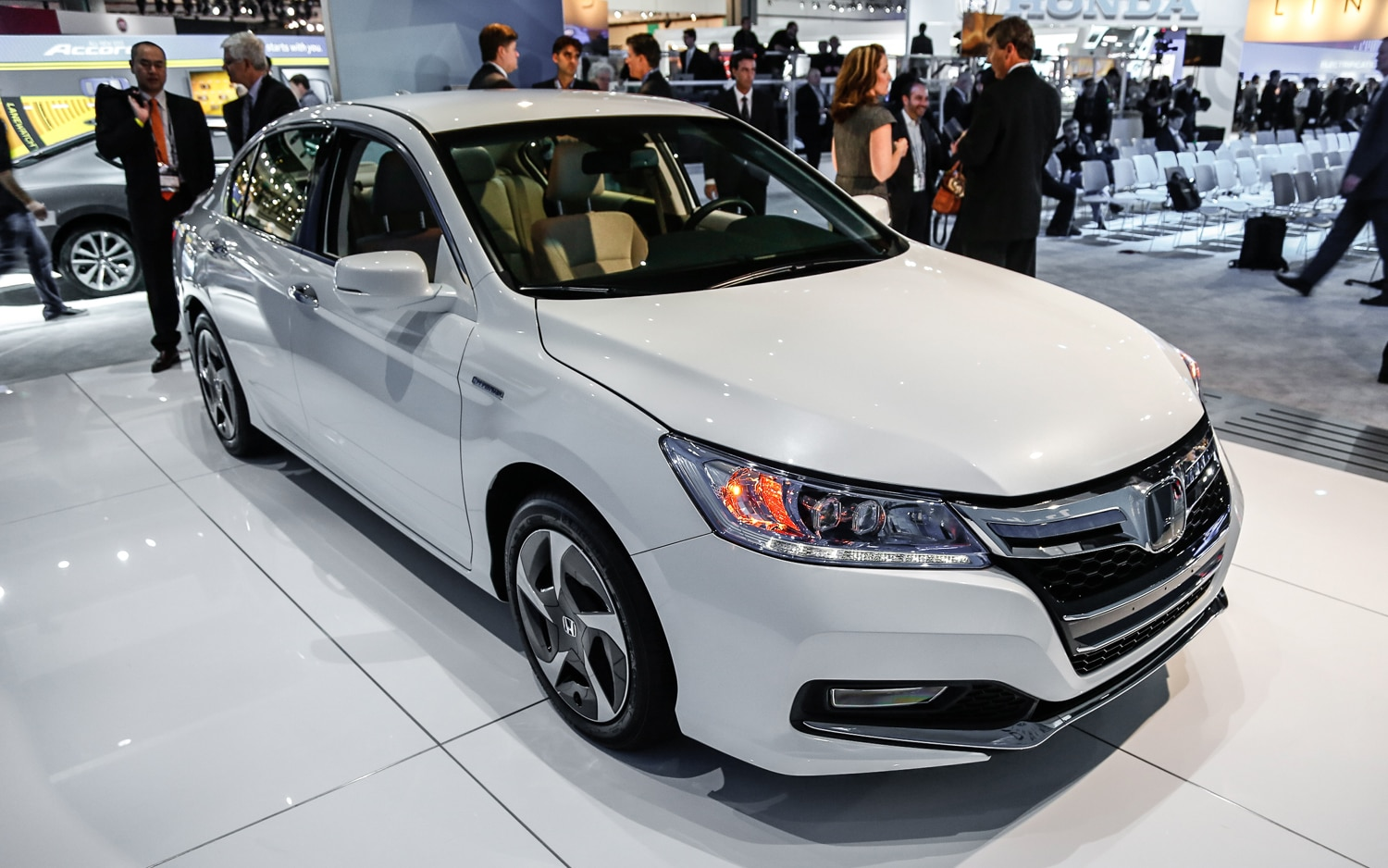 2014 Honda Accord Hybrid Front Right View1