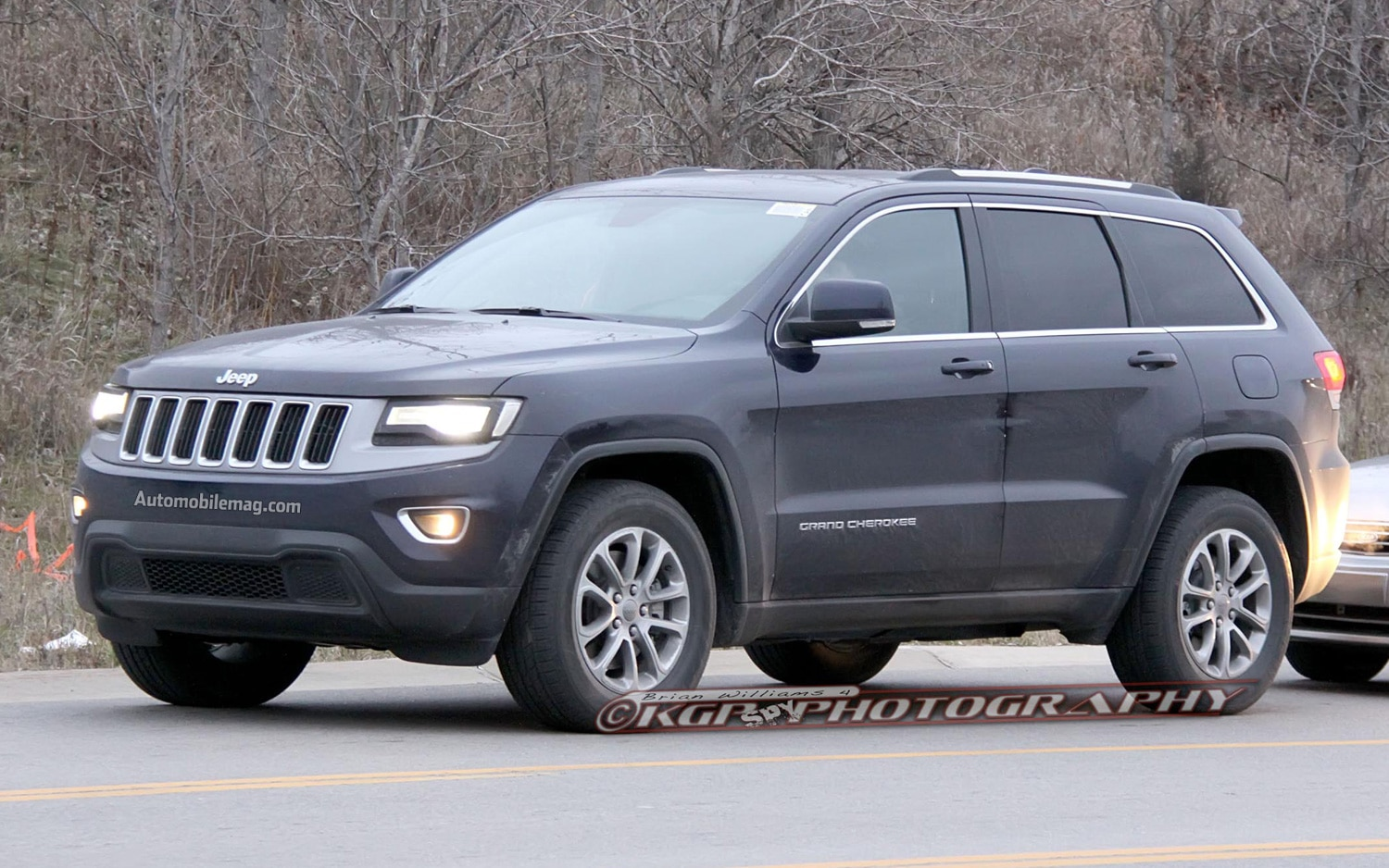 2014 Jeep Grand Cherokee Laredo Front Three Quarters View1