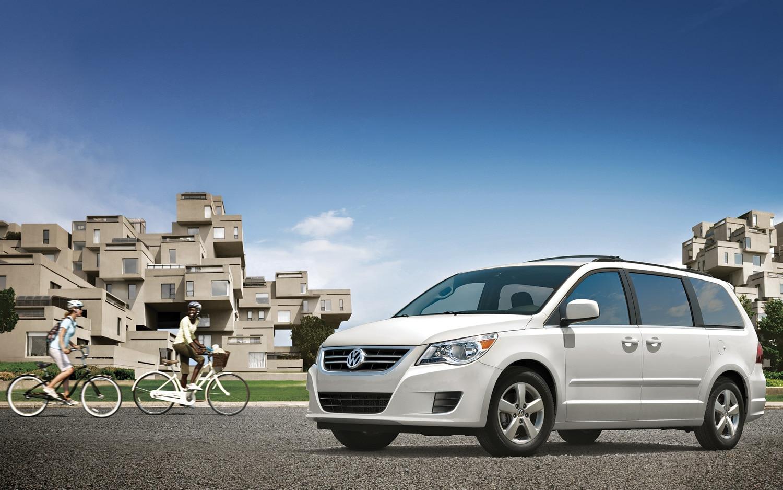 2012 Volkswagen Routan Front Three Quarter White1