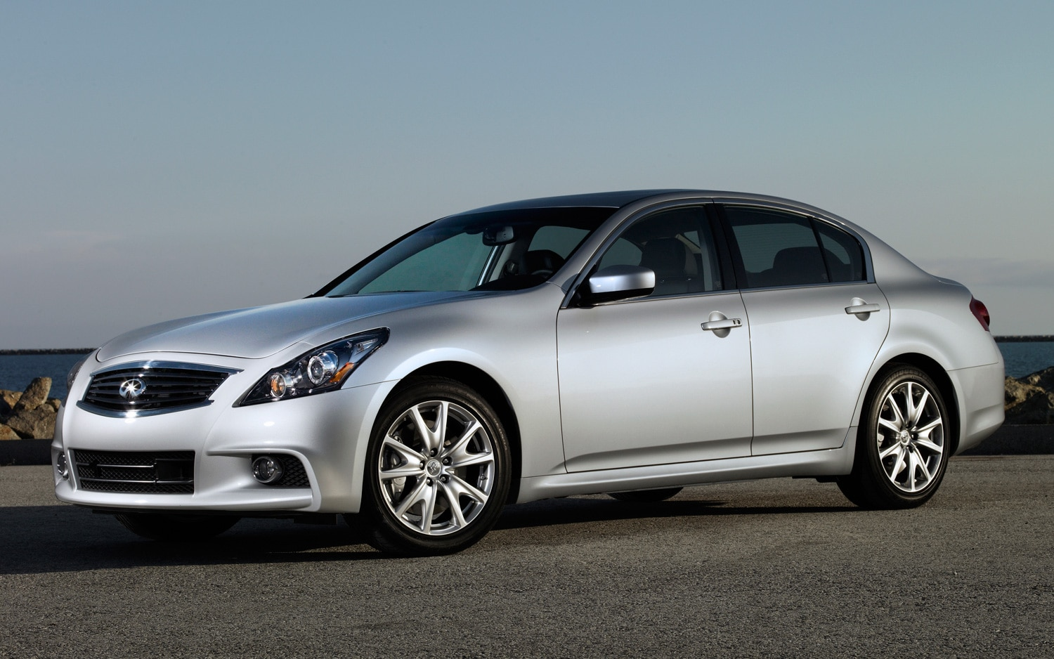 2013 Infiniti G37 Sedan Front Three Quarter11