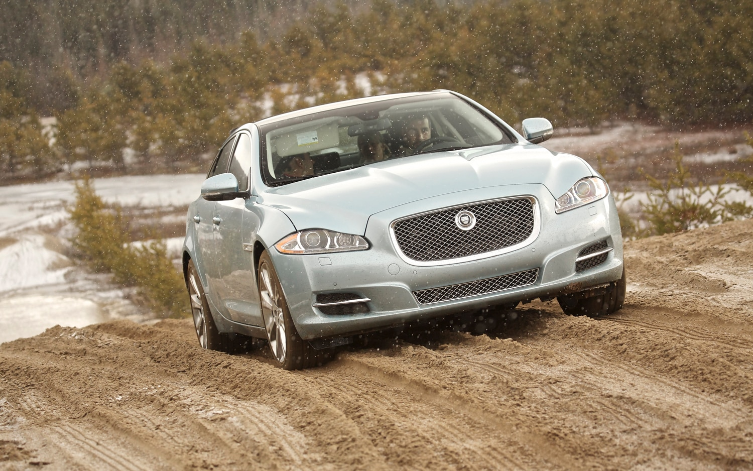 2013 Jaguar XF AWD Front View Lead1