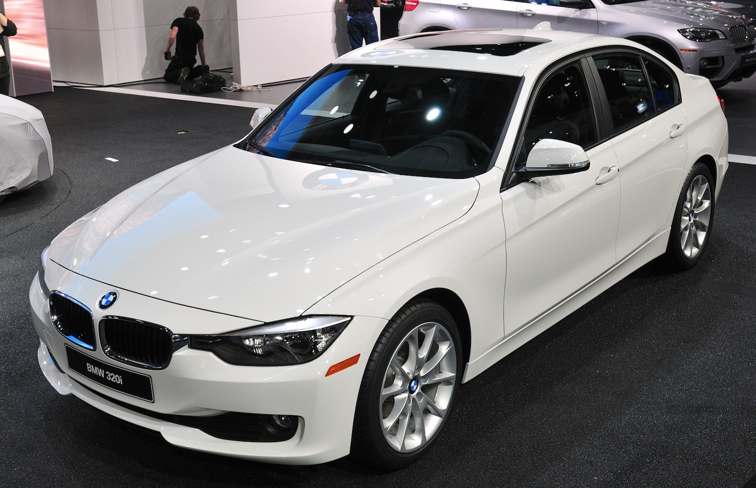2013 BMW 320i Sedan Front Three Quarters View2