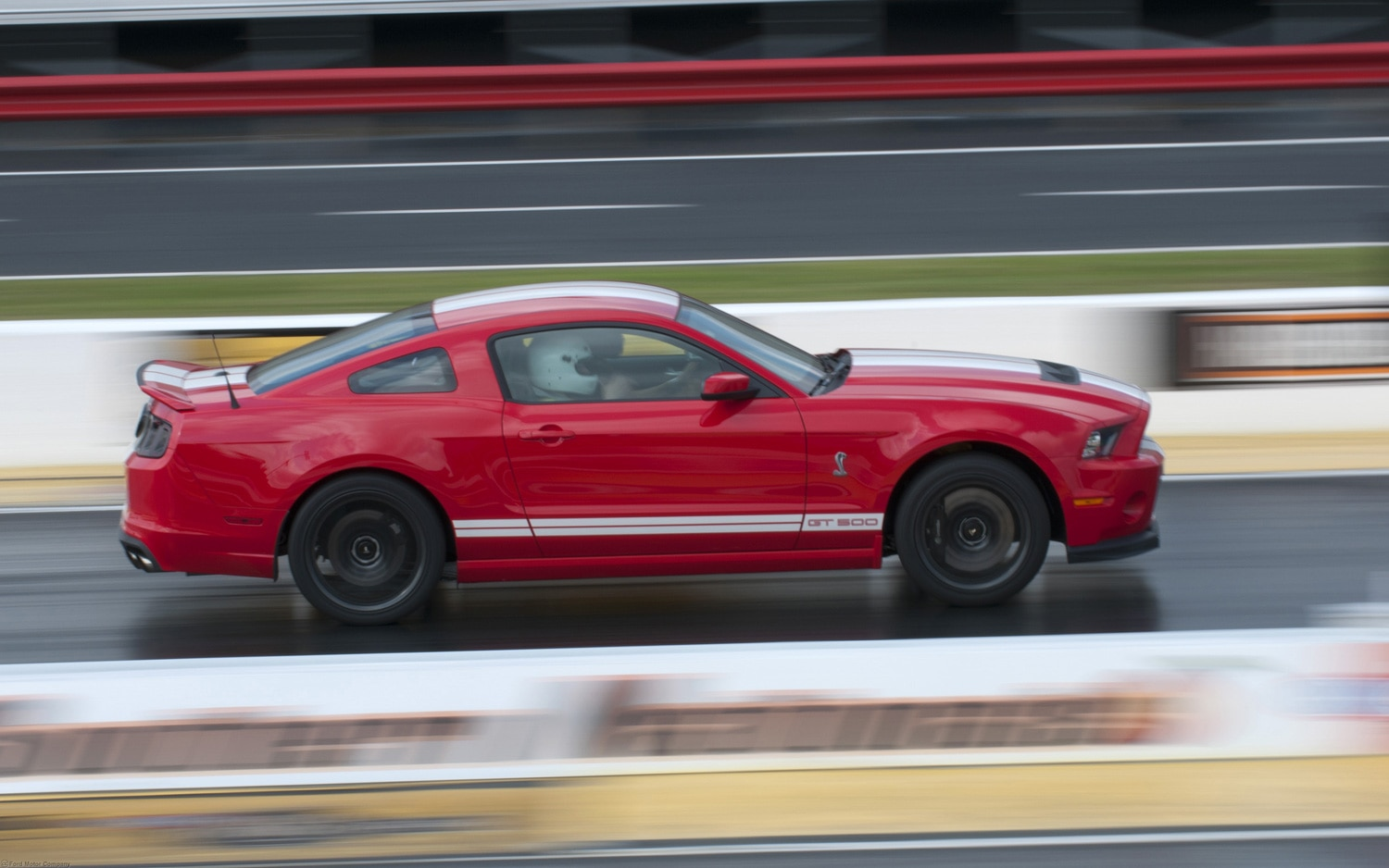 chevrolet camaro and ford mustang battle for muscle car sales dominance in 2012. Black Bedroom Furniture Sets. Home Design Ideas