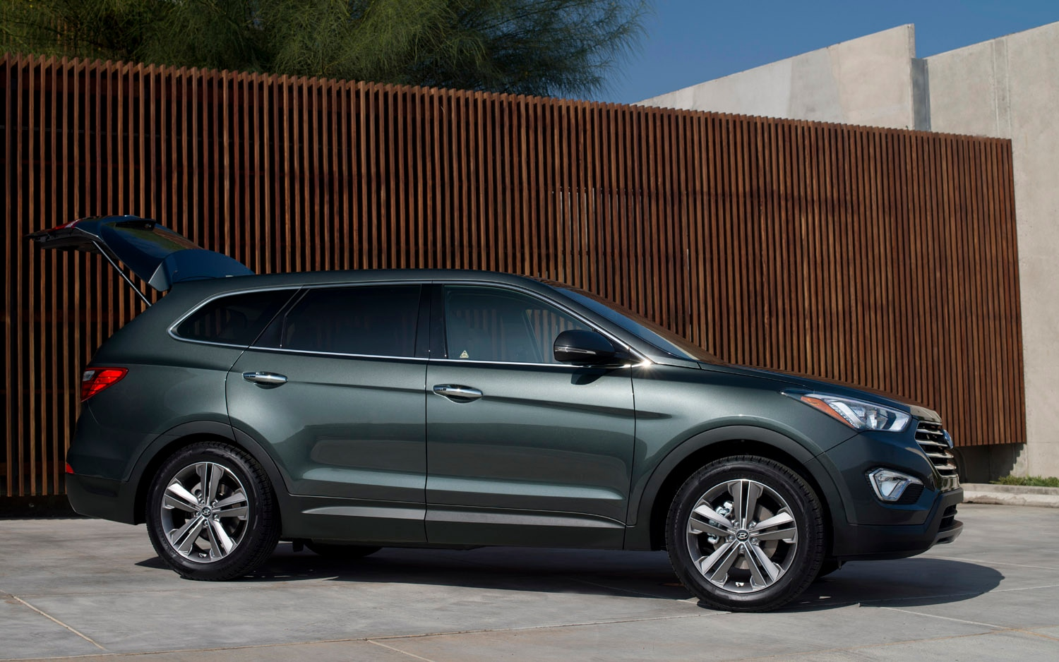 2013 Hyundai Santa Fe Front Three Quarter1
