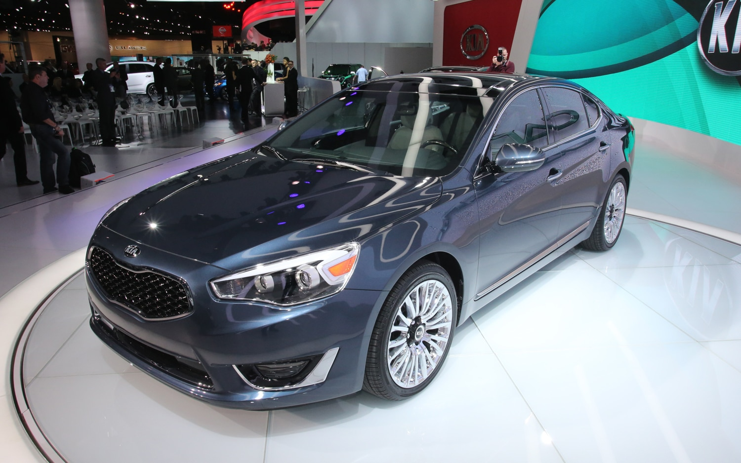 2014 Kia Cadenza Front Three Quarters 21