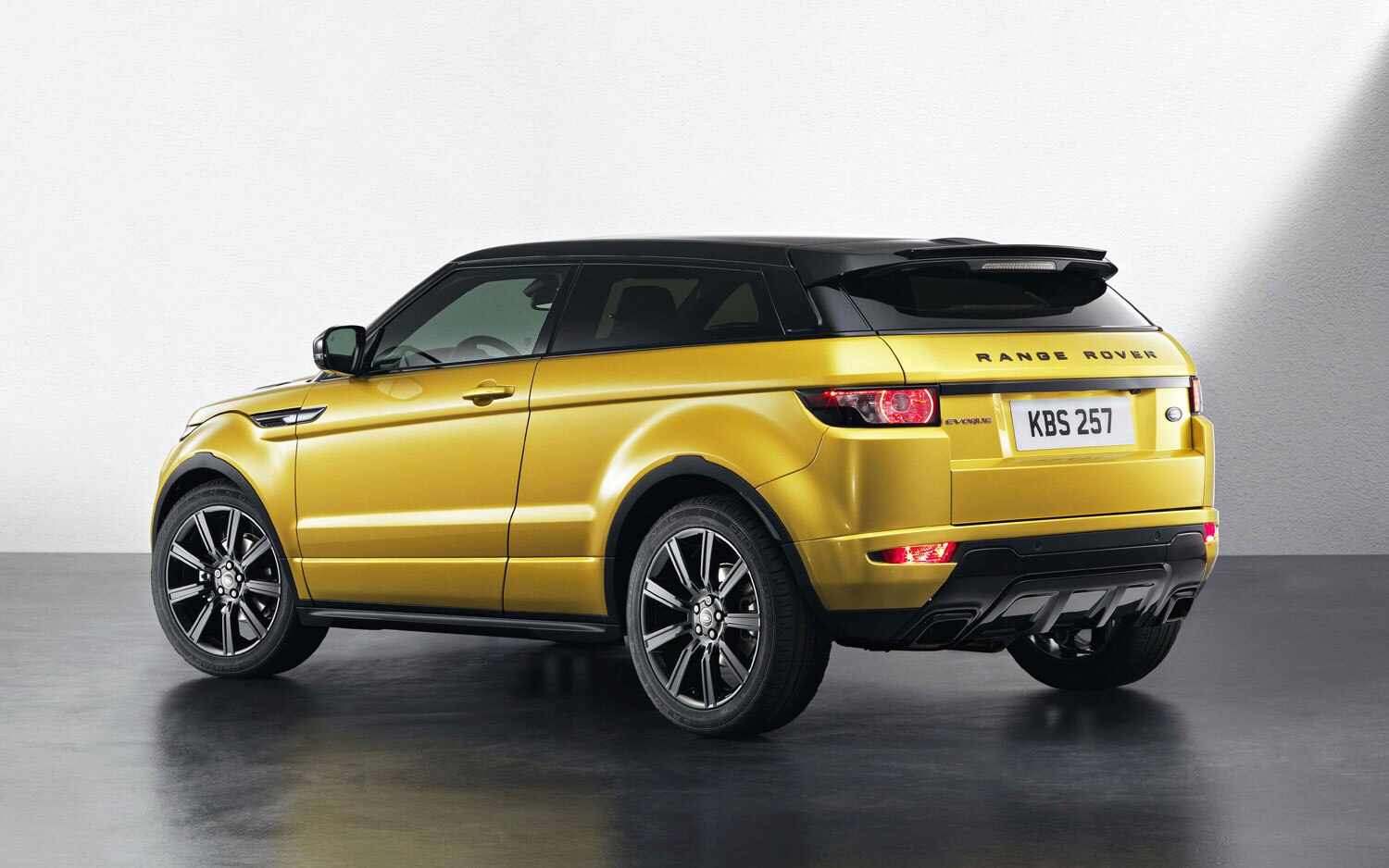 Range Rover Evoque Black Pack Left Rear Angle1