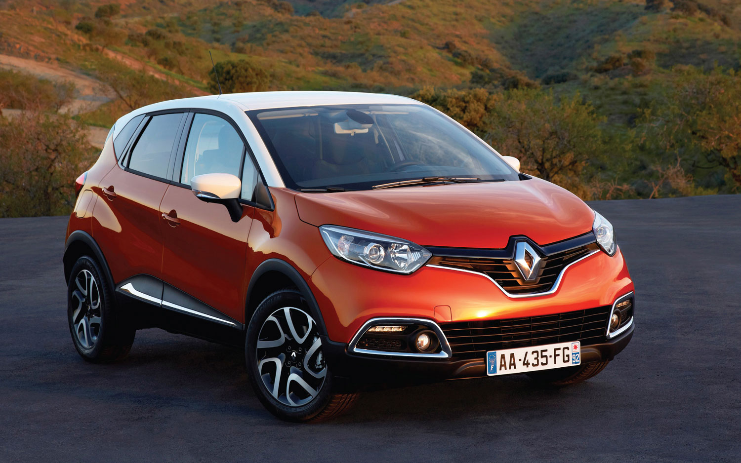 Renault Captur Right Front Angle1