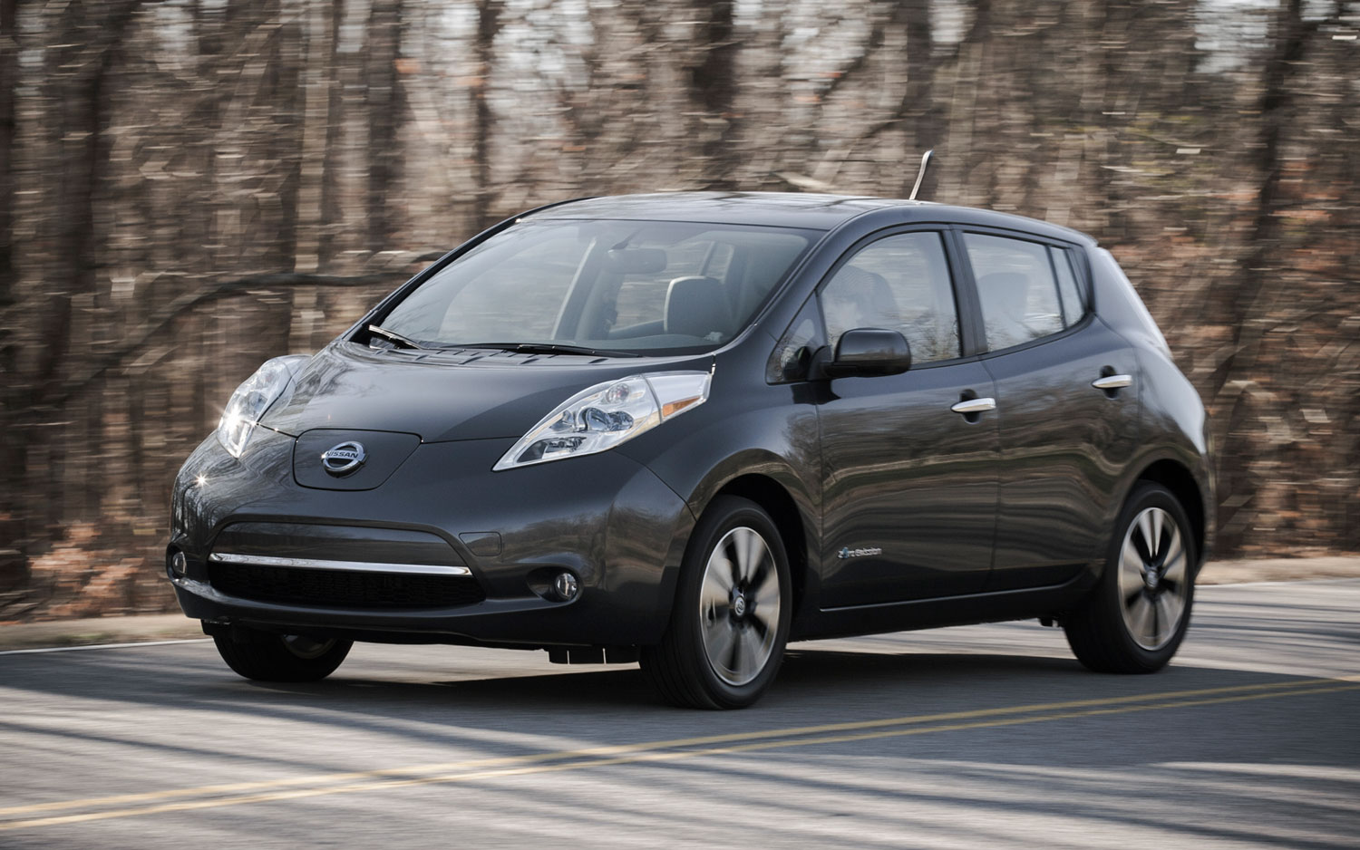 2013 Nissan Leaf Front Three Quarter Motion1