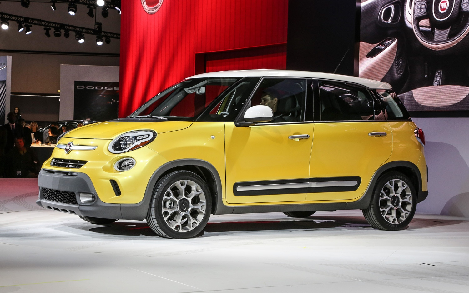 2014 Fiat 500L Trekking Front Three Quarter 11