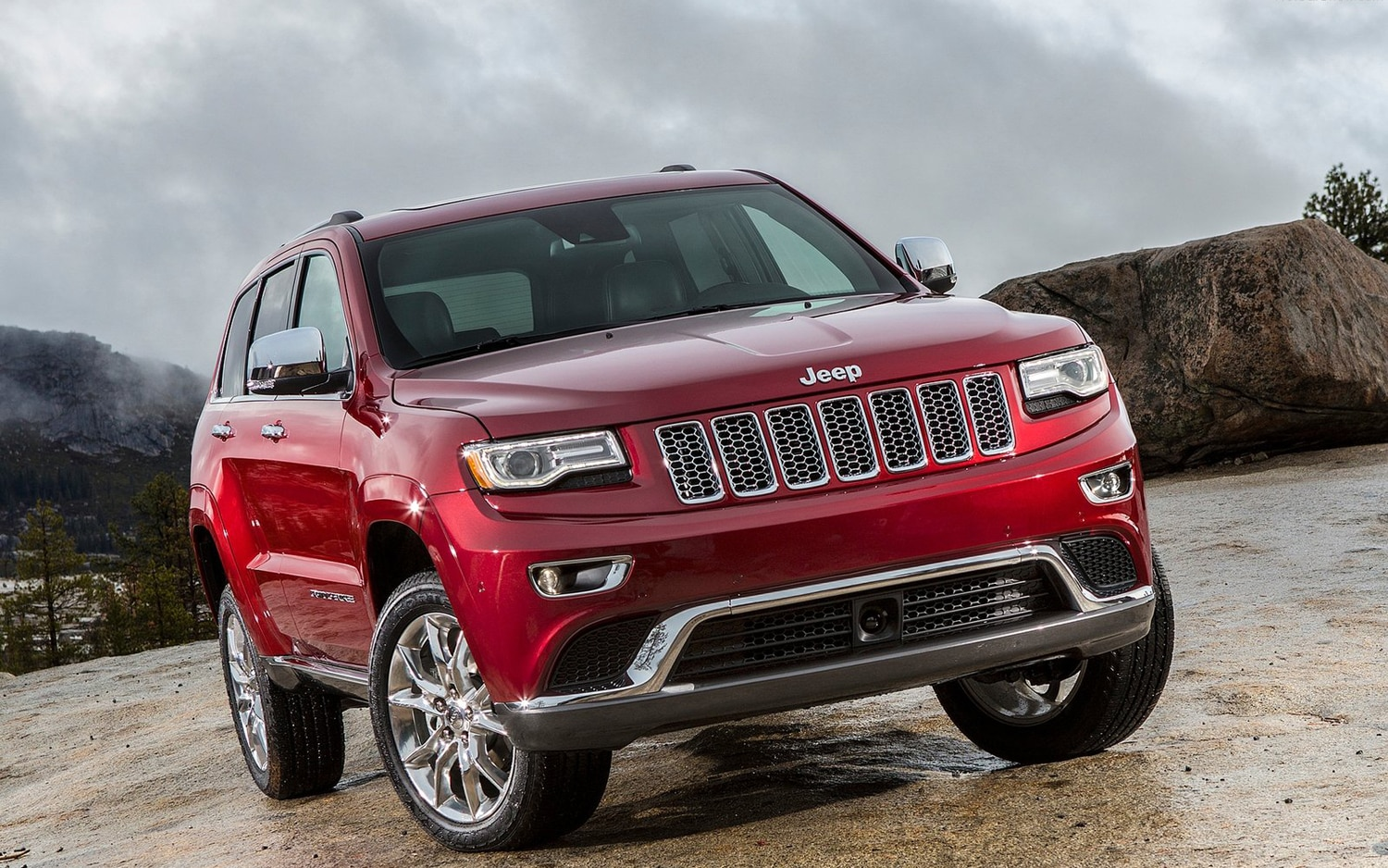2014 Jeep Grand Cherokee Summit Front Three Quarter1
