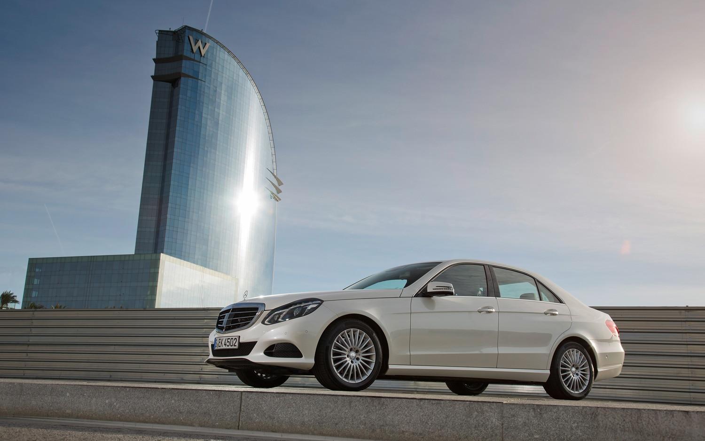 2014 Mercedes Benz E250 Classic Diamantweiss Front Left Side View1