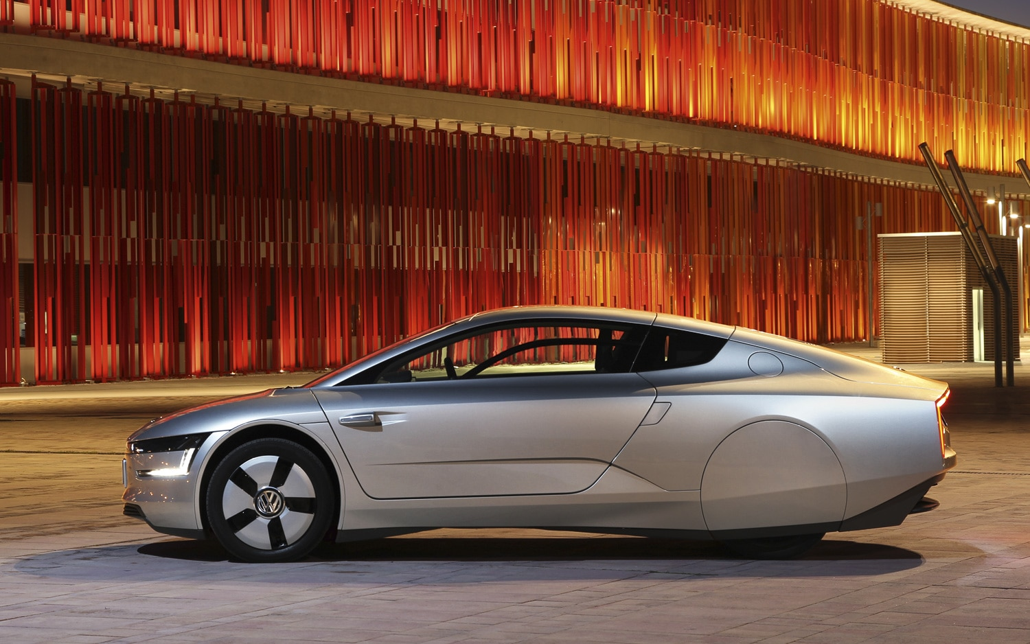 2014 Volkswagen XL1 Side View At Night1