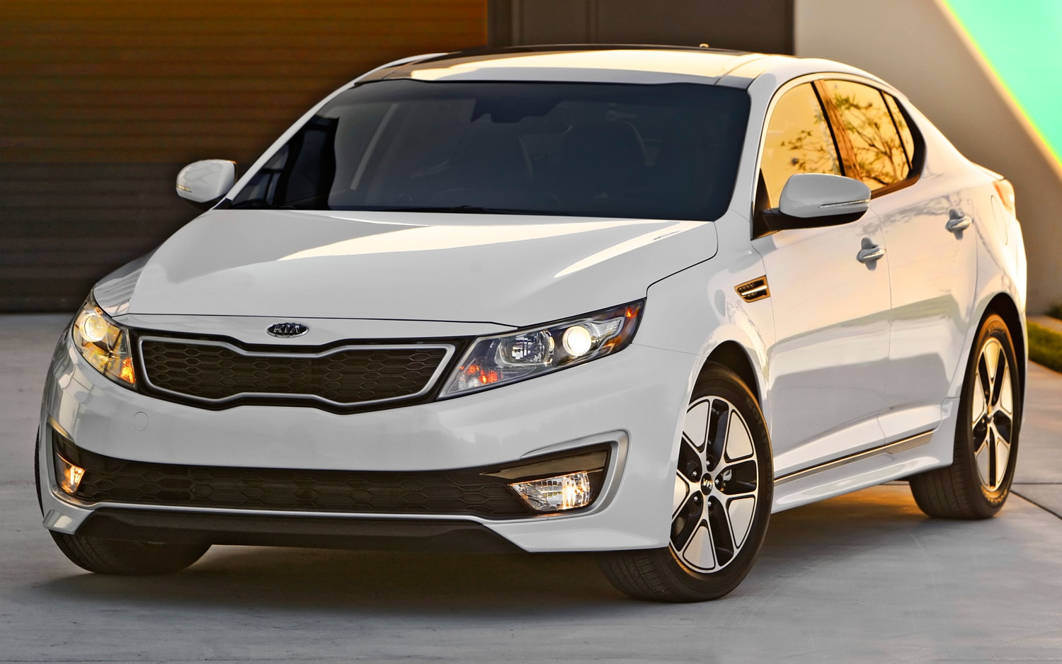 2013 Kia Optima Hybrid Front View1