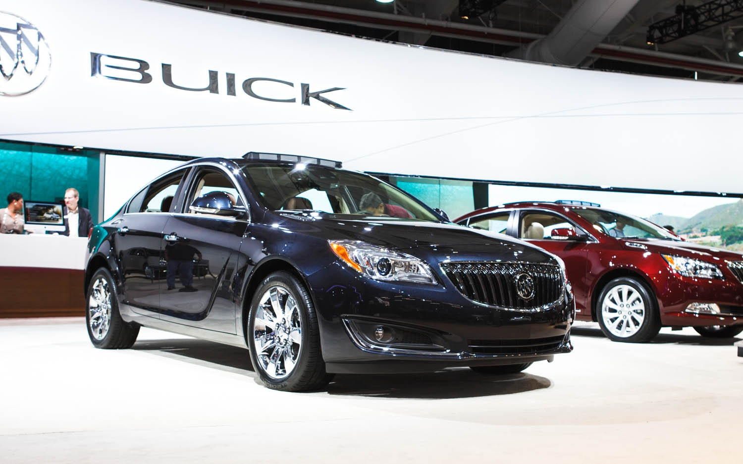 2014 Buick Regal Turbo Front Three Quarters 21