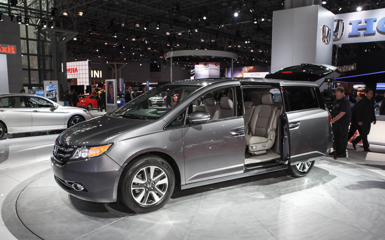2014 Honda Odyssey Front Left View1