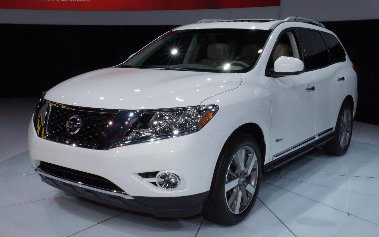 2014 Nissan Pathfinder Hybrid Front Three Quarters1