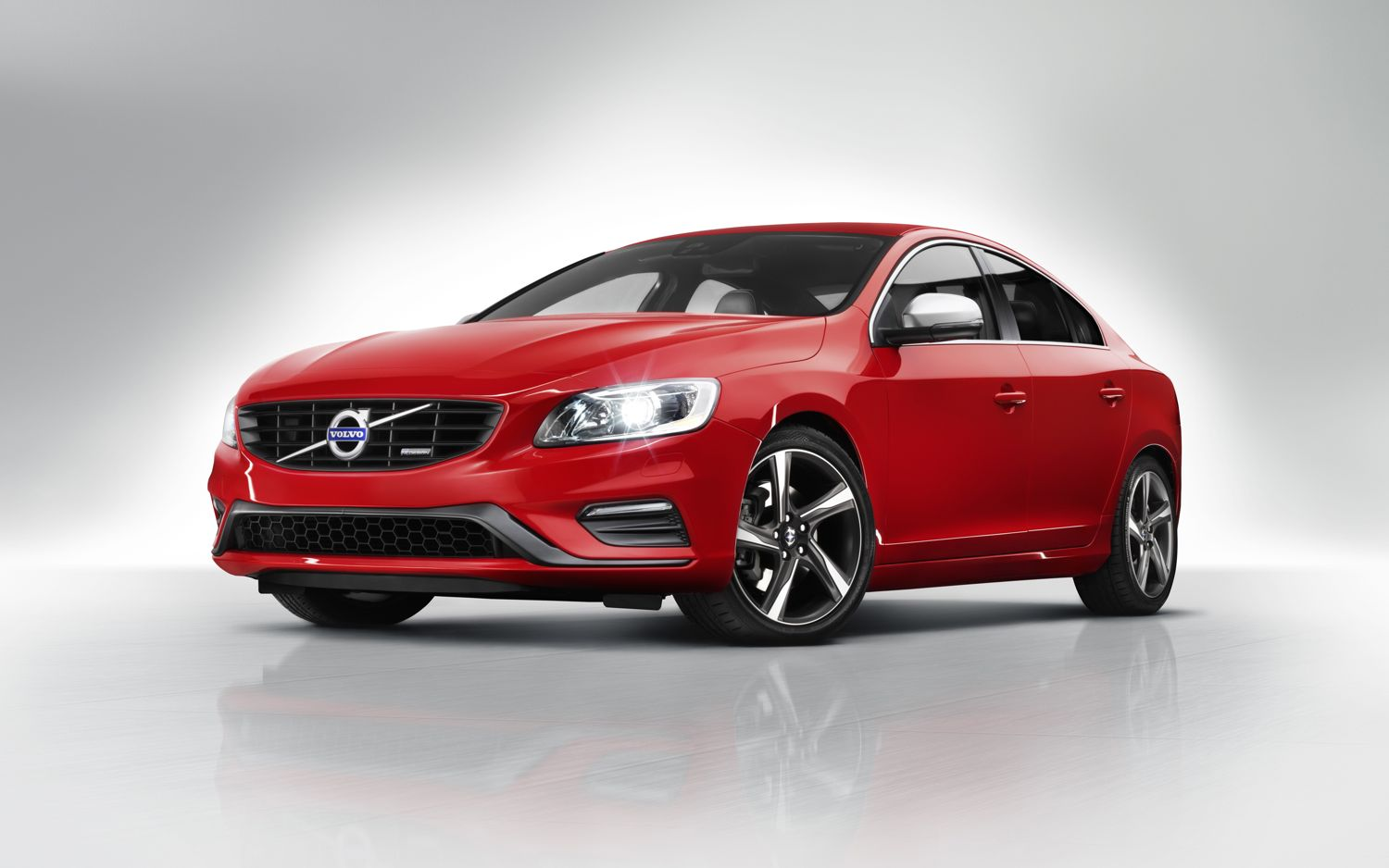 2014 Volvo S60 R Design Front Three Quarter1