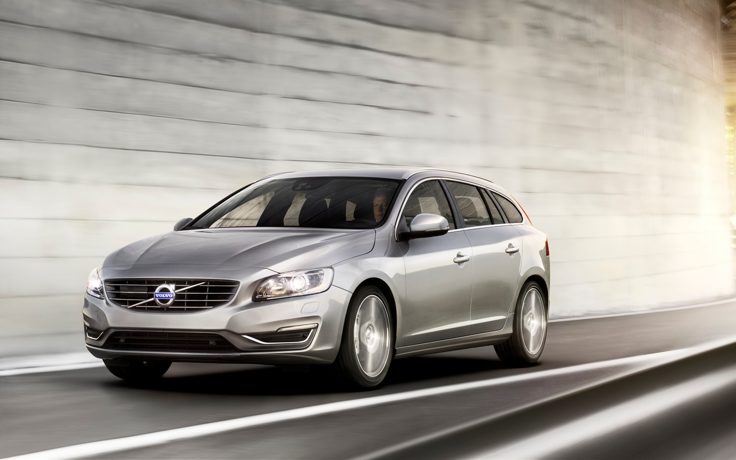 2014 Volvo V60 Front Three Quarter 22