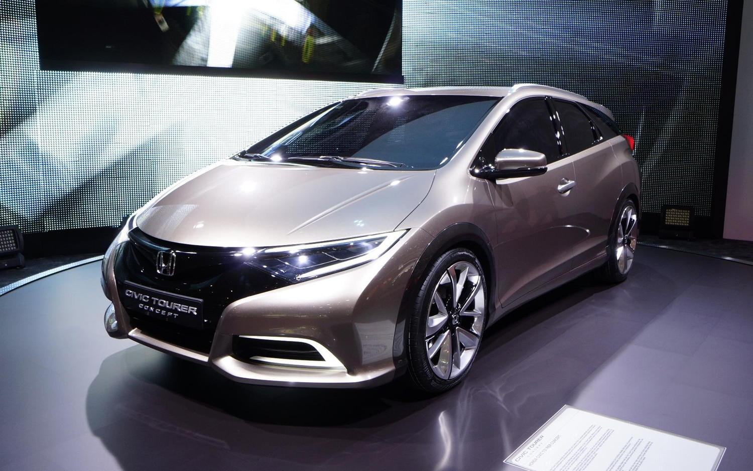 Honda Civic Tourer Concept Front Three Quarters1