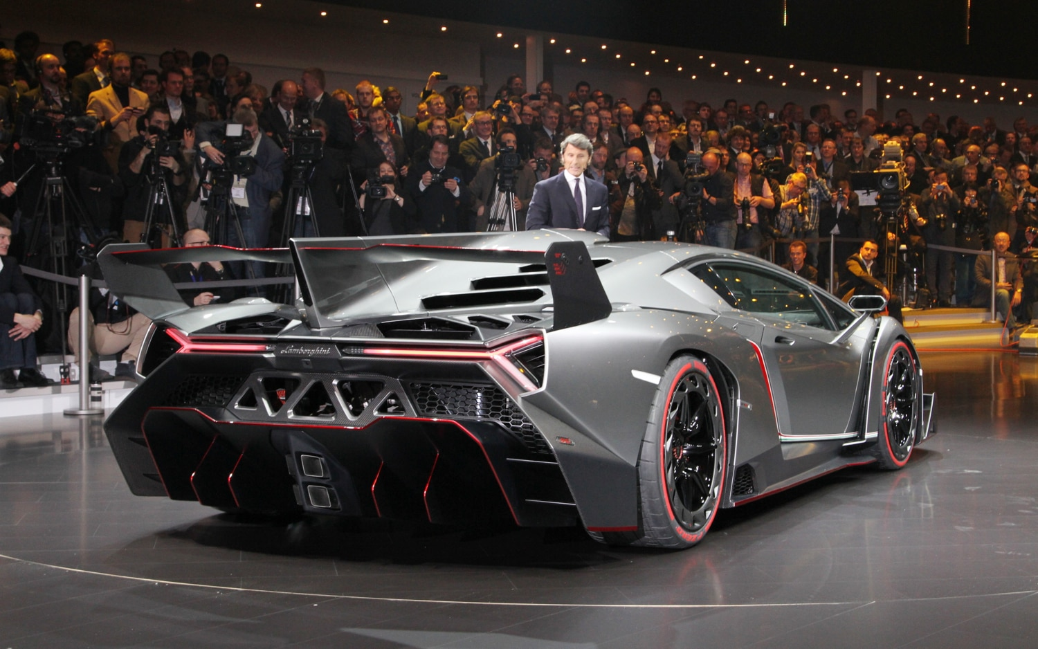 first look lamborghini veneno automobile magazine. Black Bedroom Furniture Sets. Home Design Ideas