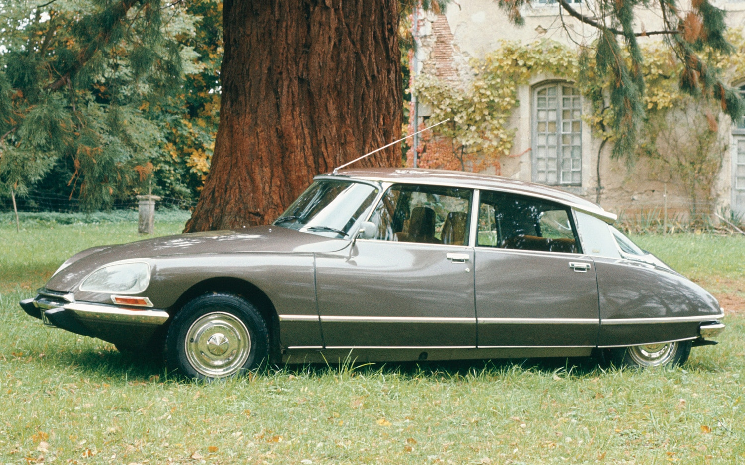 this day today last citroen ds built in 1975. Black Bedroom Furniture Sets. Home Design Ideas