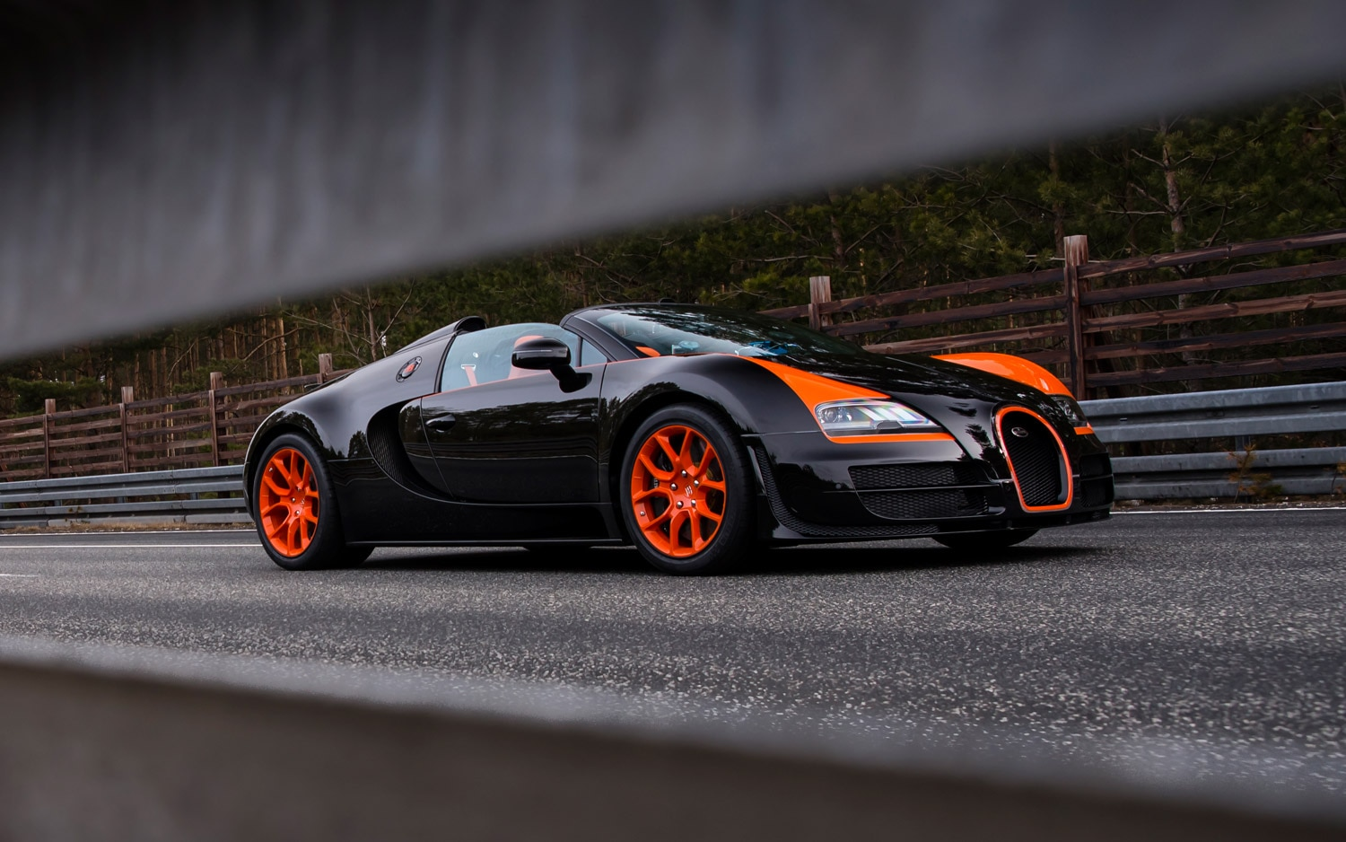 bugatti veyron 16 4 grand sport vitesse takes convertible top speed crown. Black Bedroom Furniture Sets. Home Design Ideas