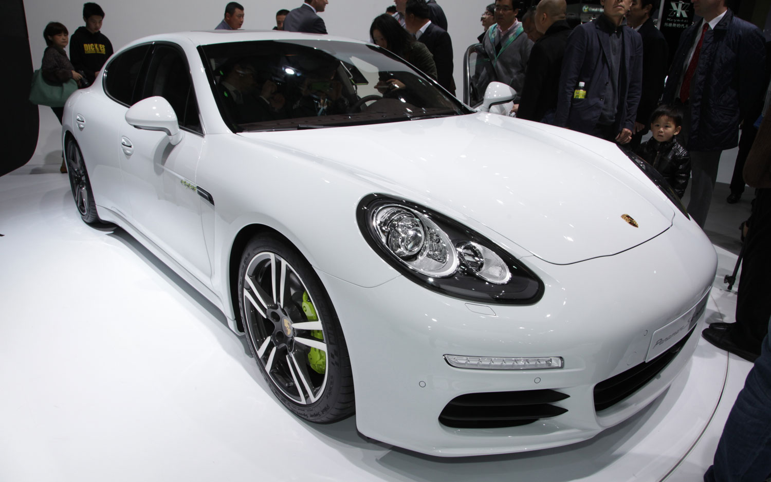 Porsche Panamera PHEV Right Front1