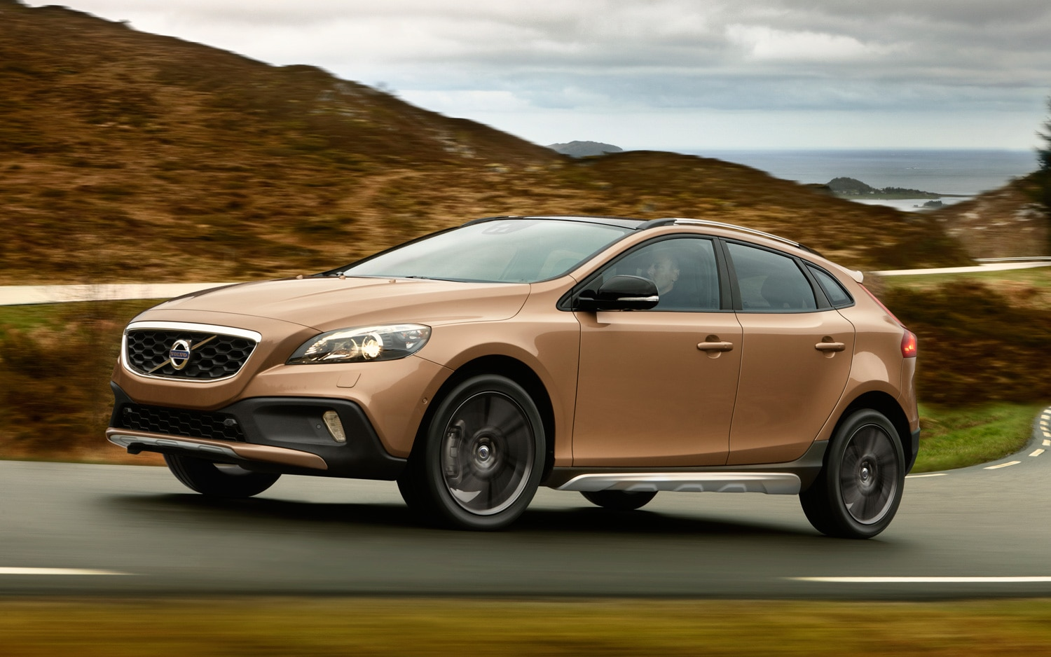 Volvo V40 Cross Country Front Three Quarter Motion 211