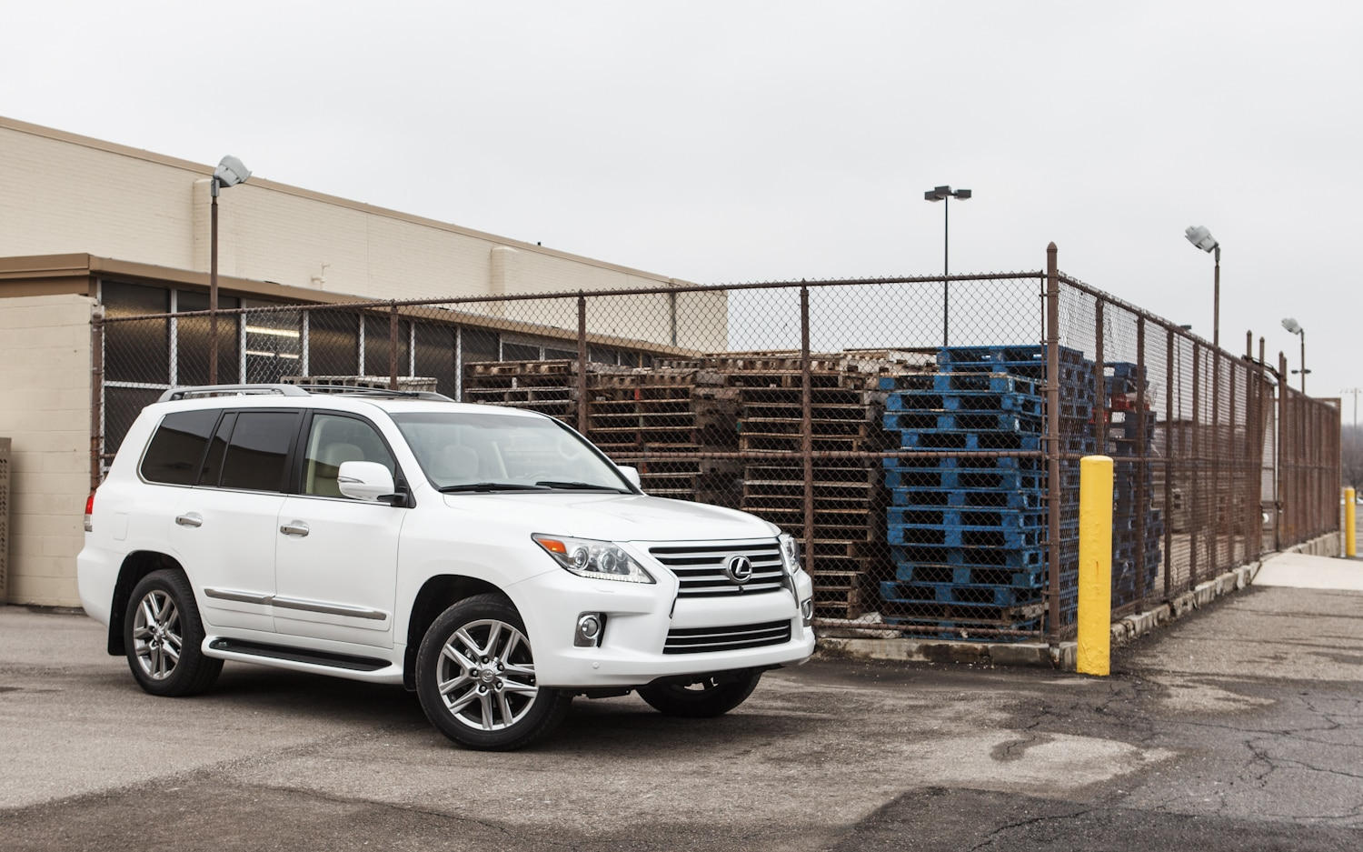 2013 Lexus LX570 Front Right Side View 31