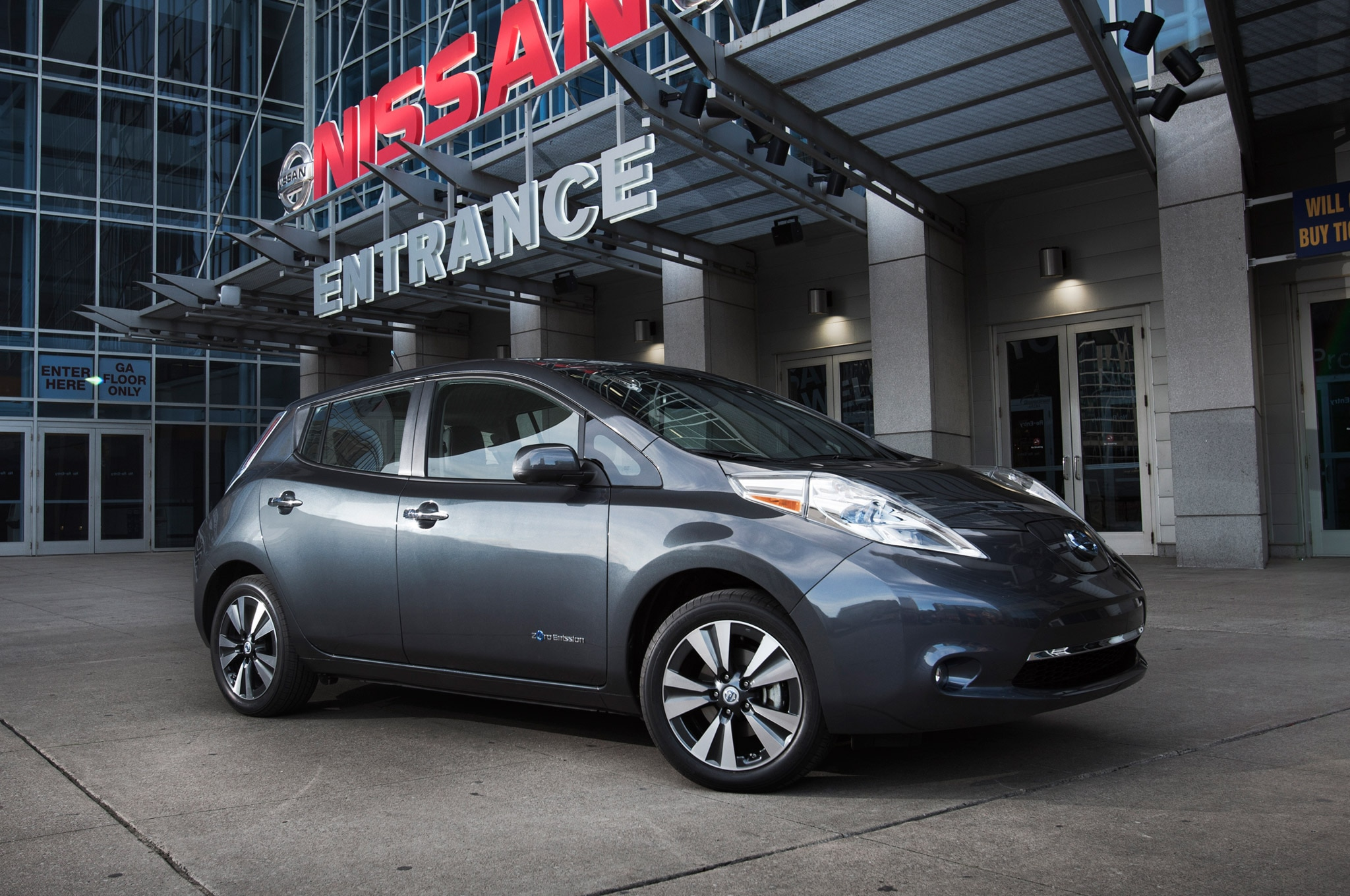 2013 Nissan Leaf Front Three Quarter Static1