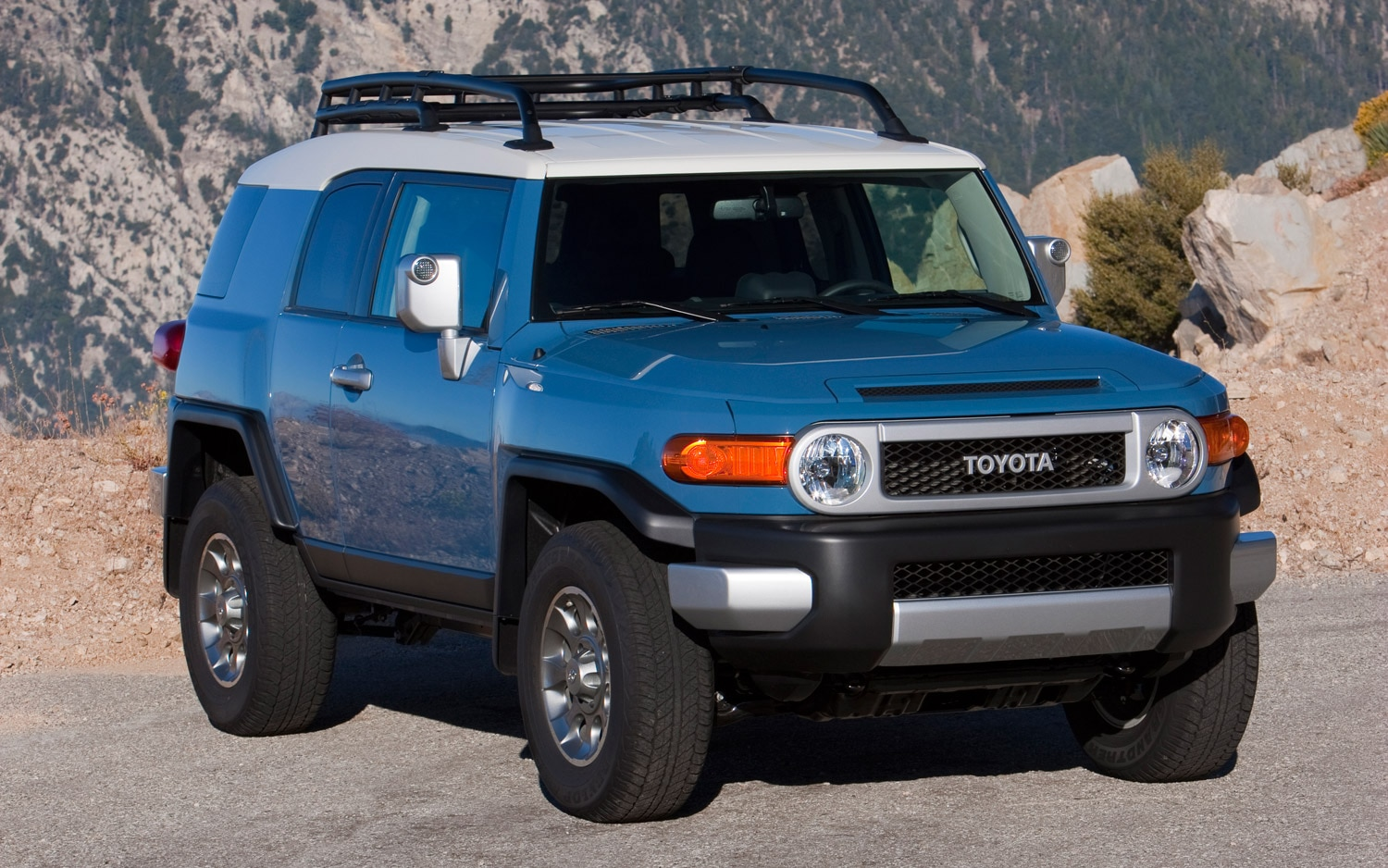 2013 Toyota FJ Cruiser Front Three Quarter1