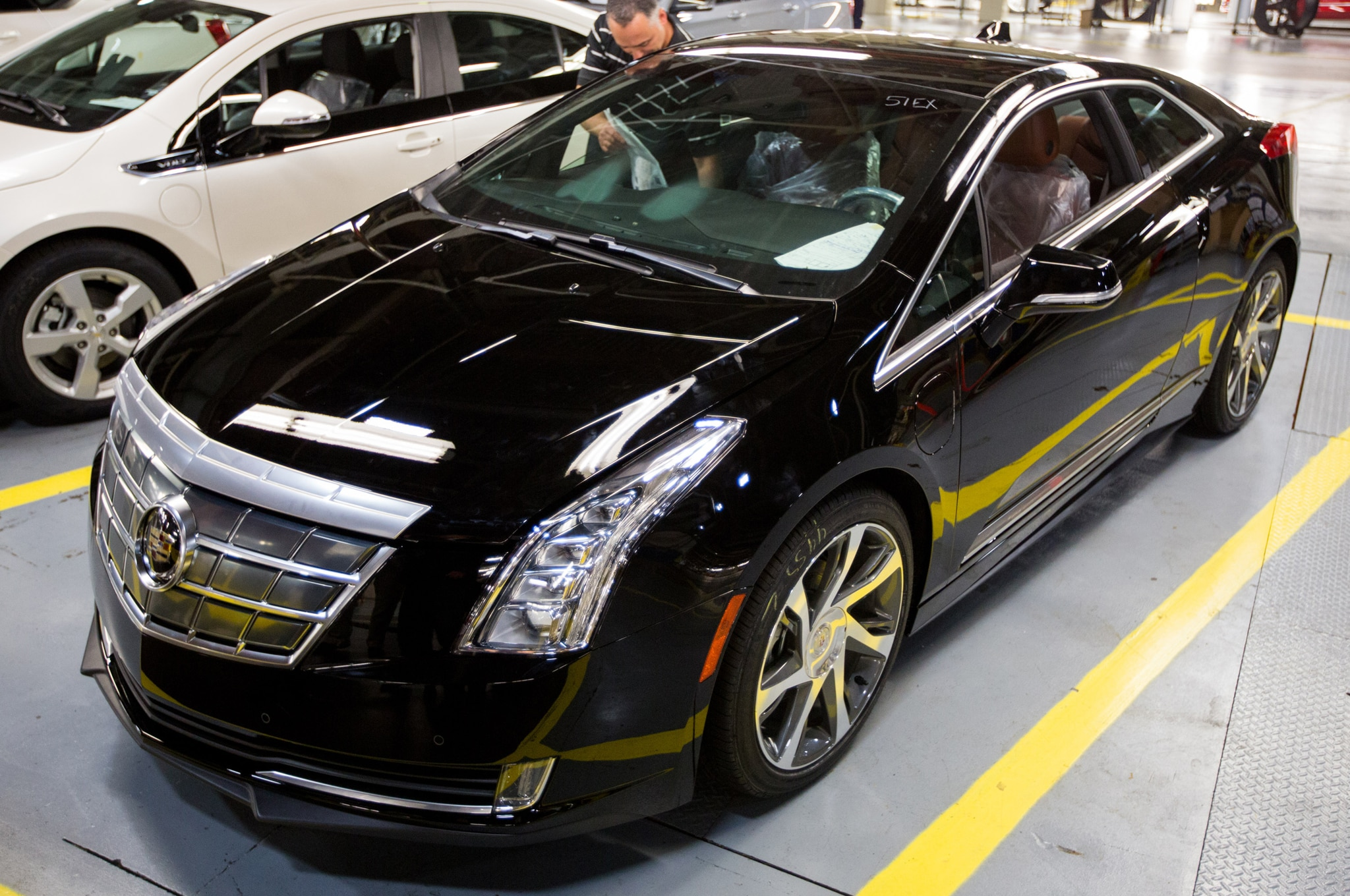 first 2014 cadillac elr rolls off the line. Black Bedroom Furniture Sets. Home Design Ideas