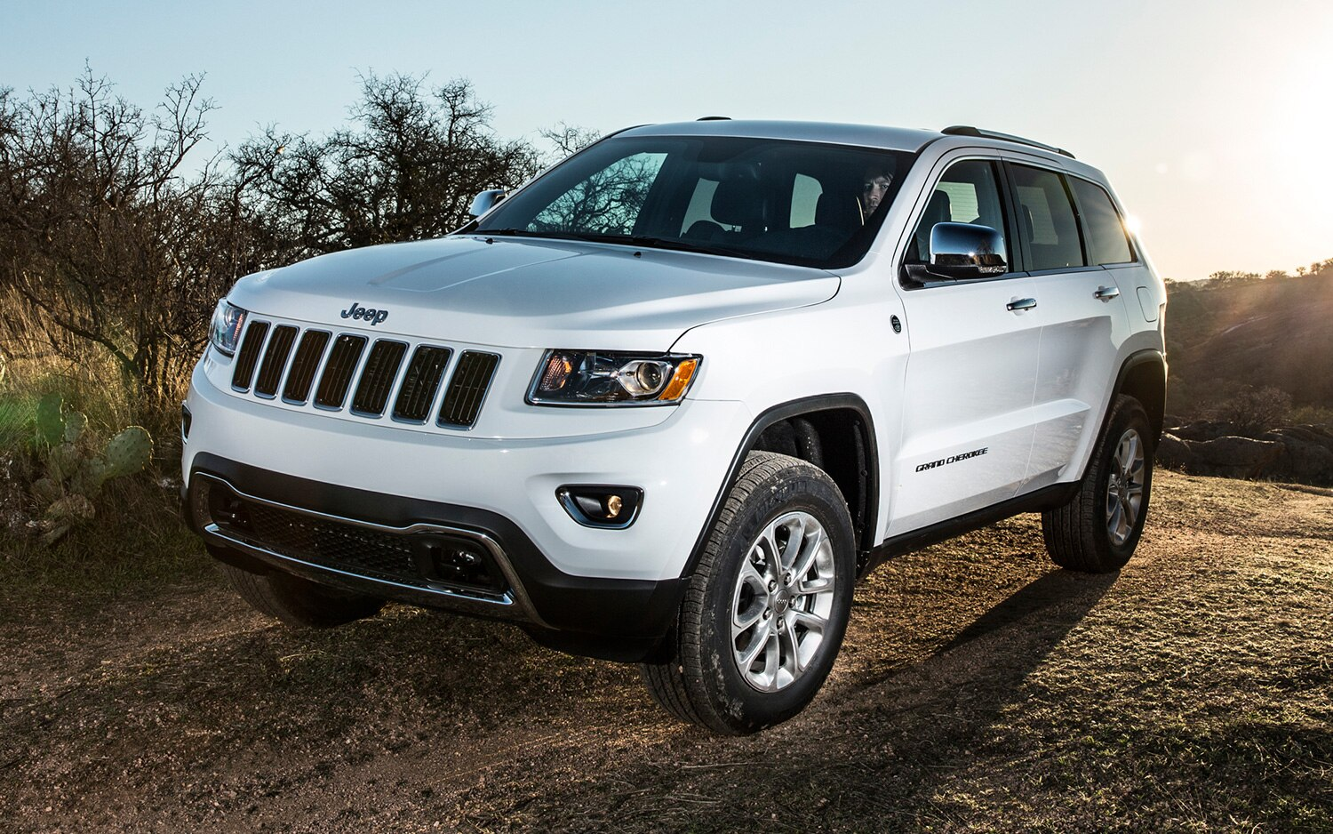 2014 Jeep Grand Cherokee Front Three Quarters View1