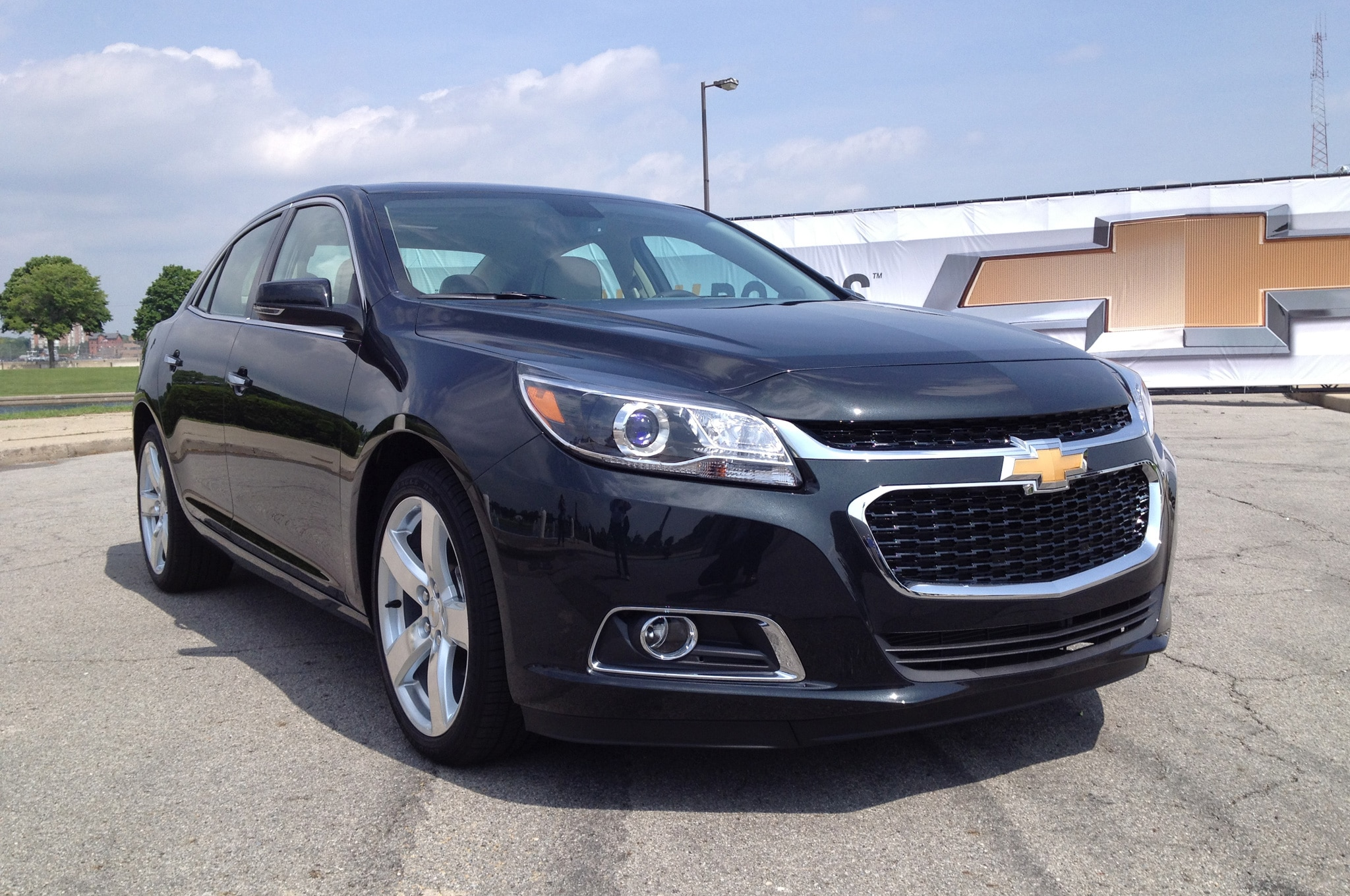 2014 Chevrolet Malibu Front Three Quarter 041