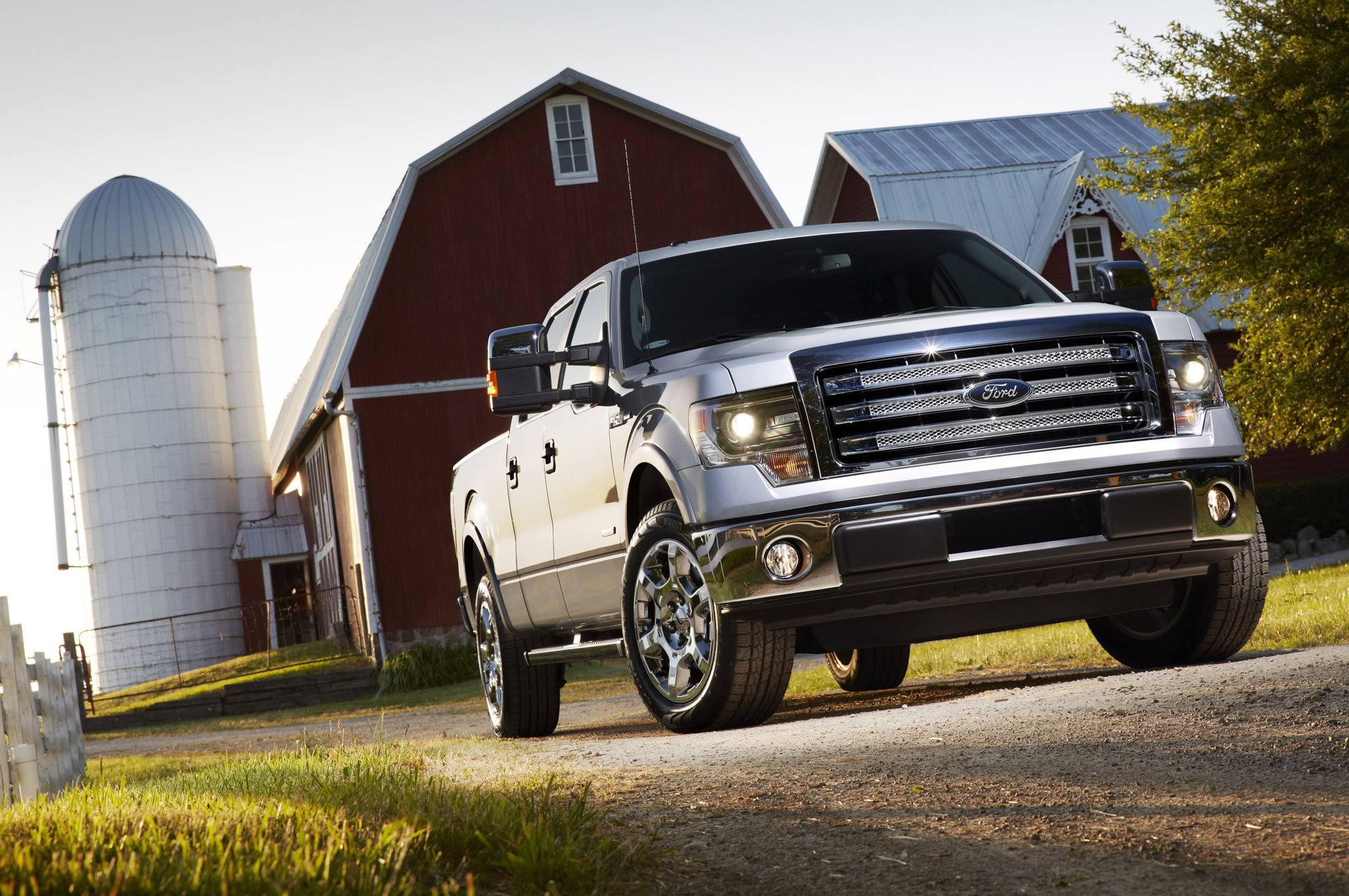 2013 Ford F150 Lariat Front Right View1