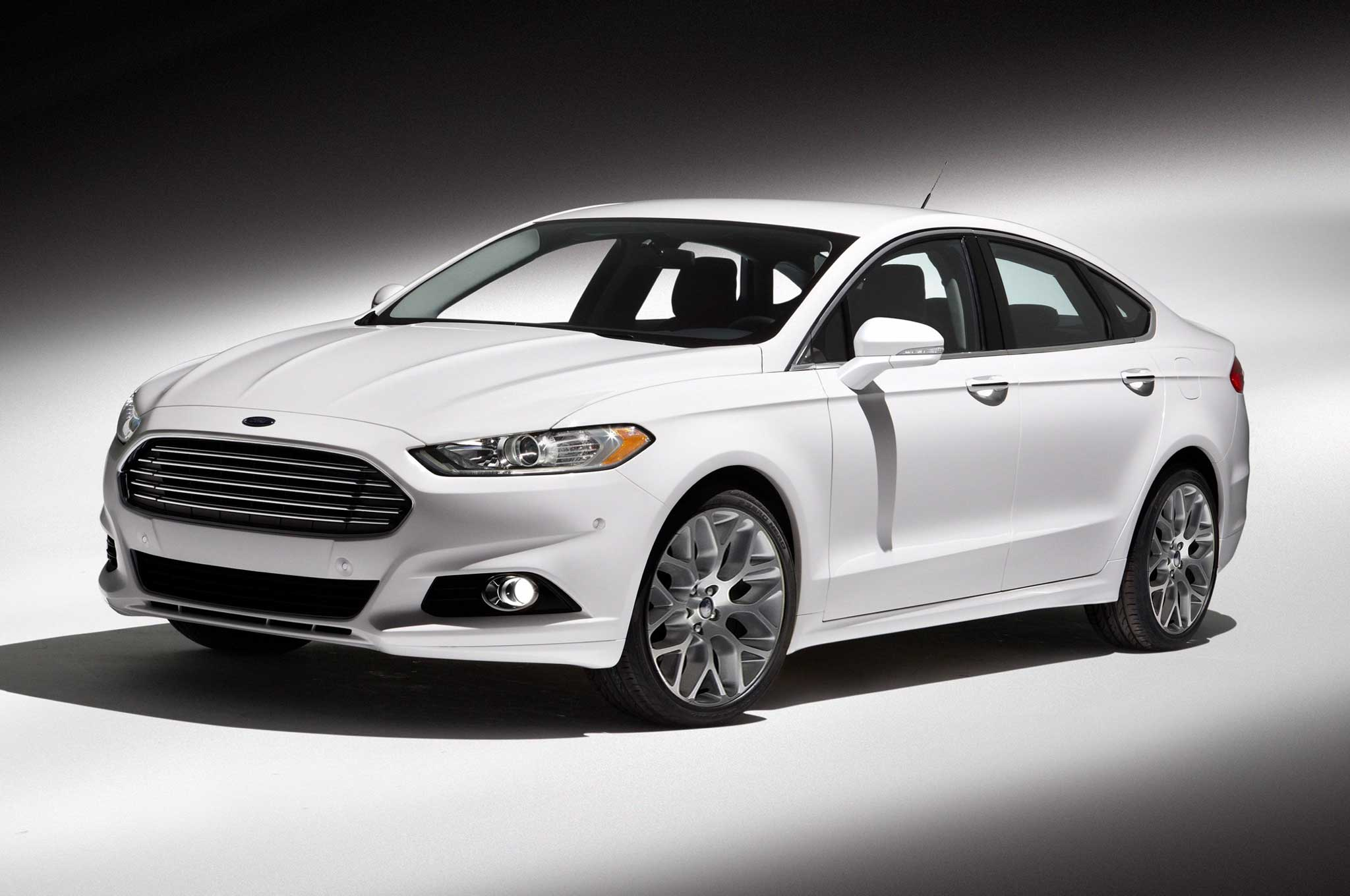 2013 Ford Fusion Front Three Quarter11