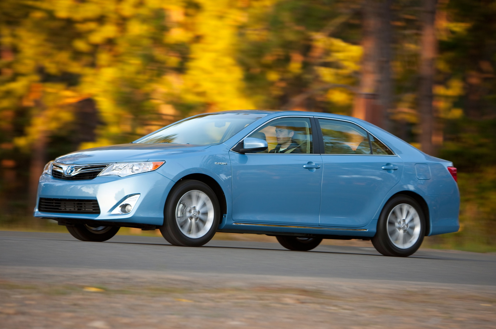 2013 Toyota Camry Hybrid Front Three Quarter1