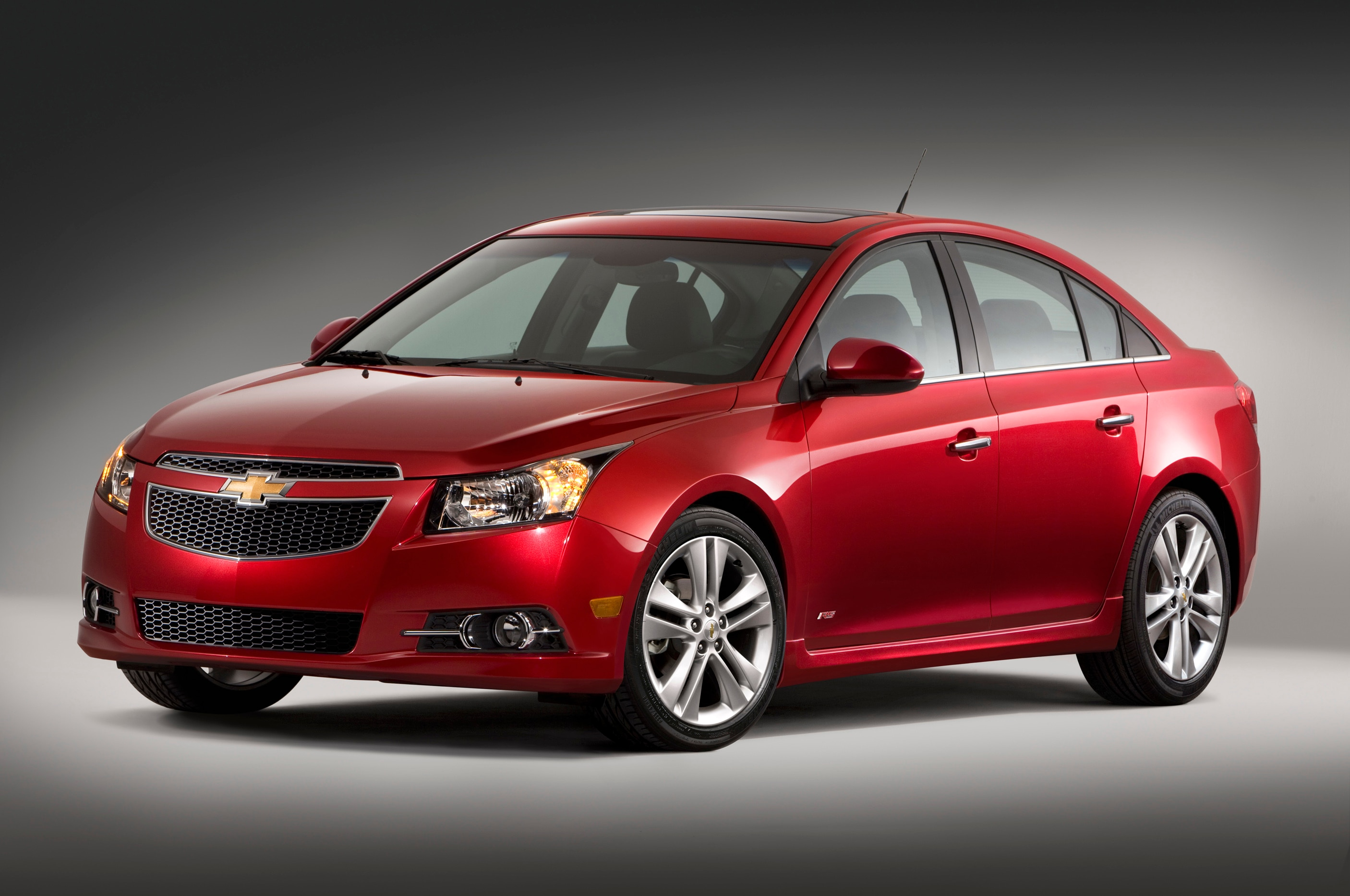 2013 Chevrolet Cruze Front Three Quarters1