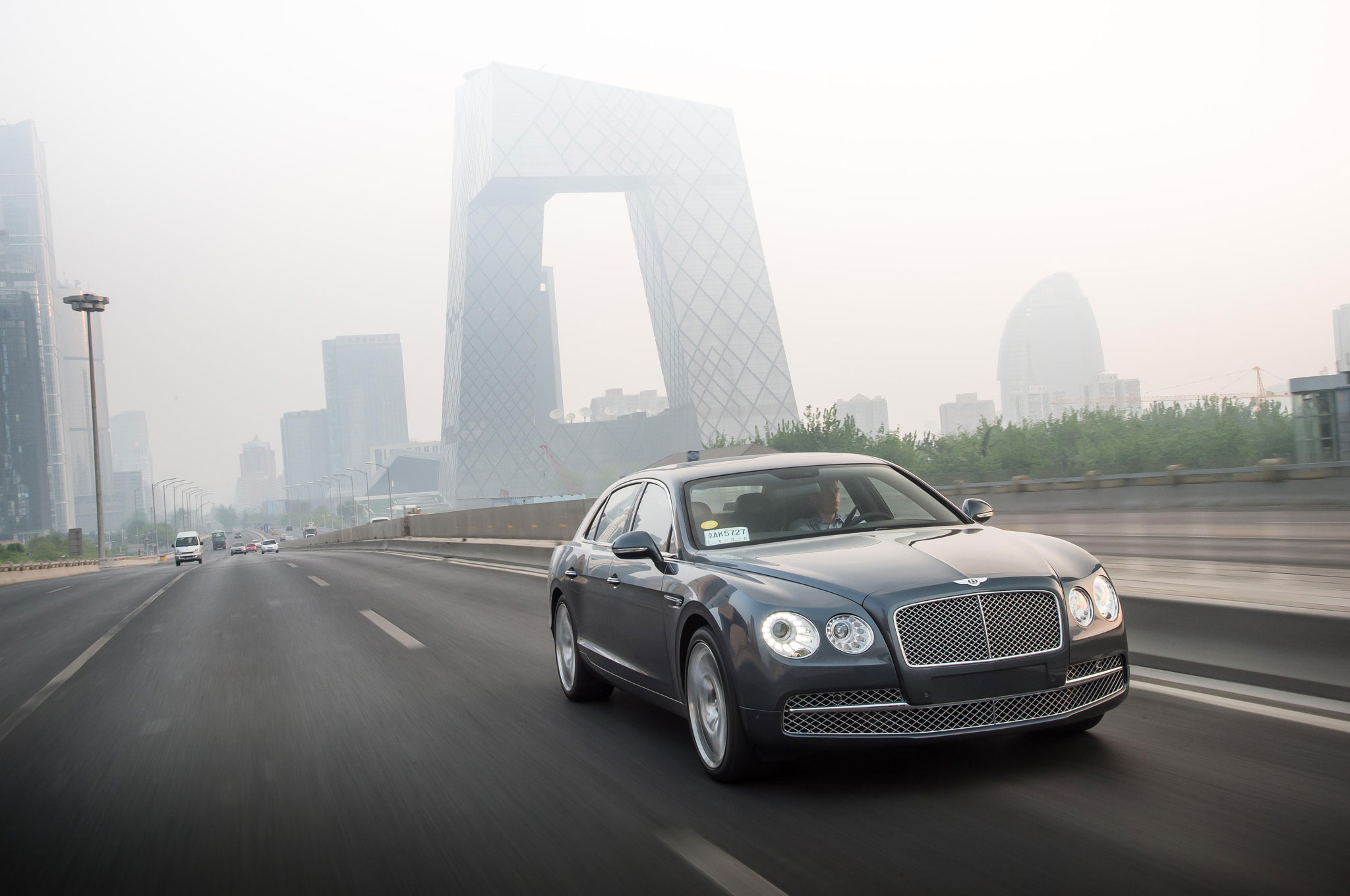 2014 Bentley Flying Spur Front Right View1